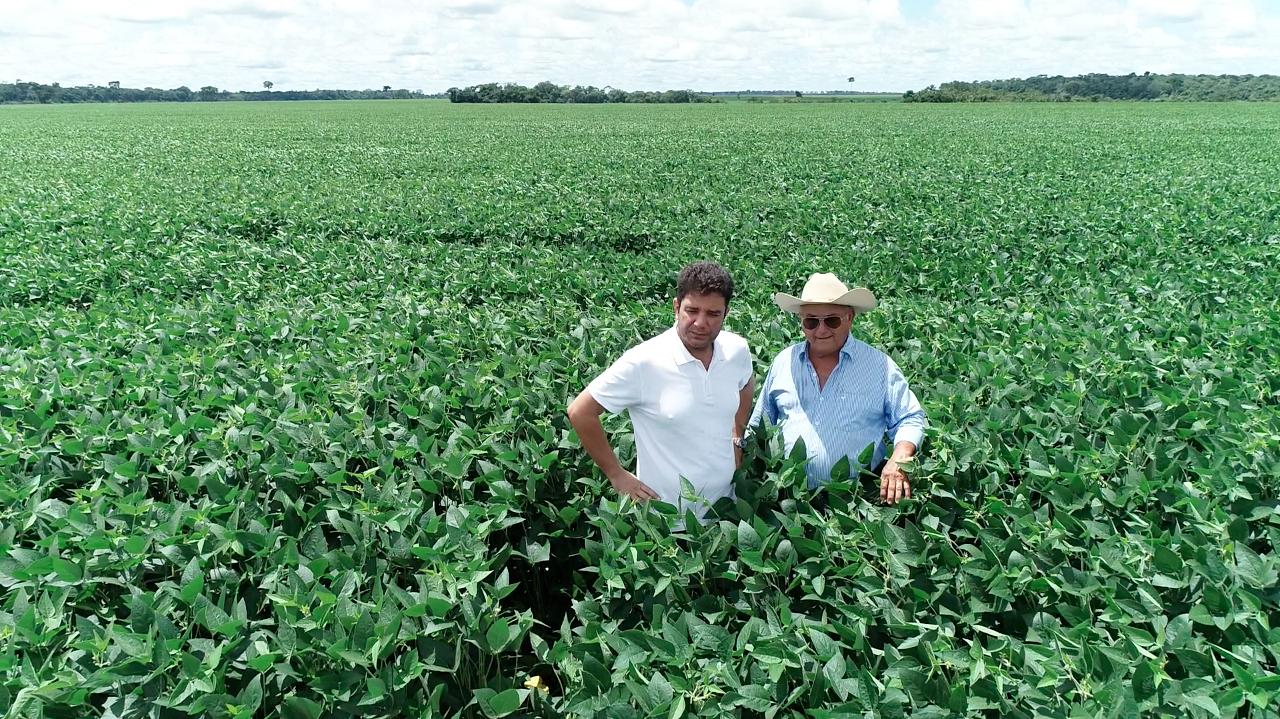 Gladson visita plantação de soja em Capixaba.