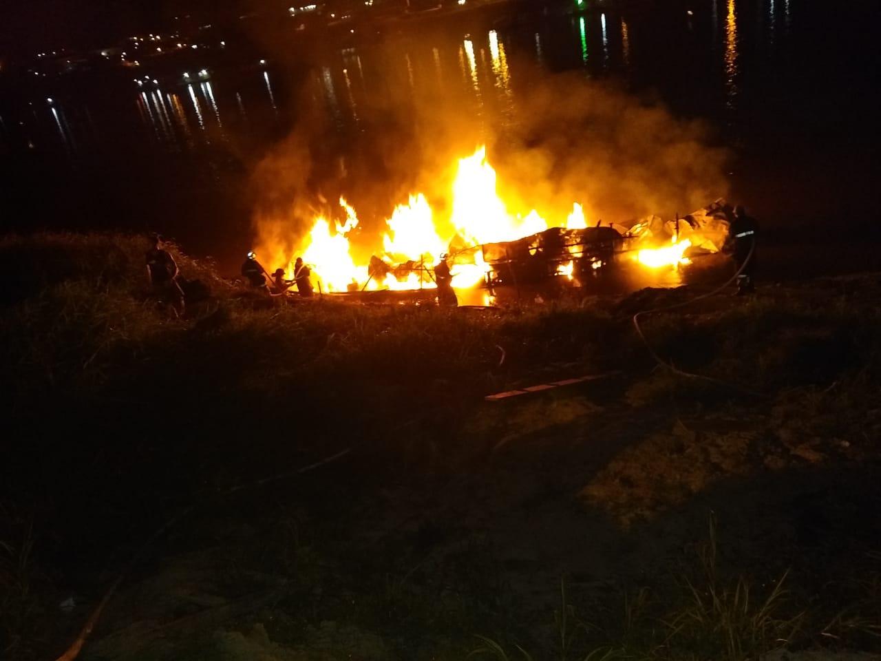 Bombeiros atuam no combate a incêndio de barco em Cruzeiro o Sul
