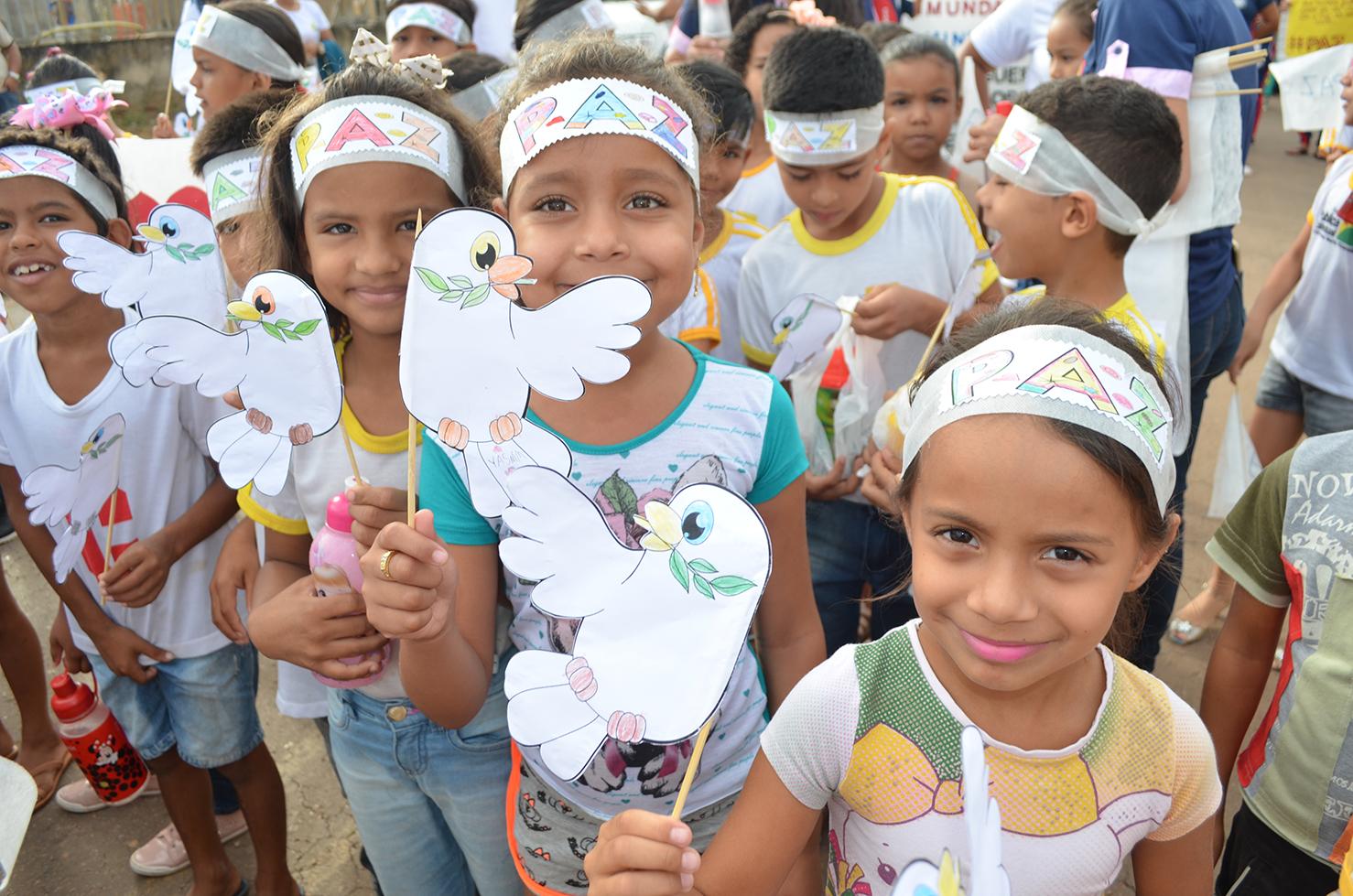 Em Rio Branco, estudantes realizam caminhada pela paz