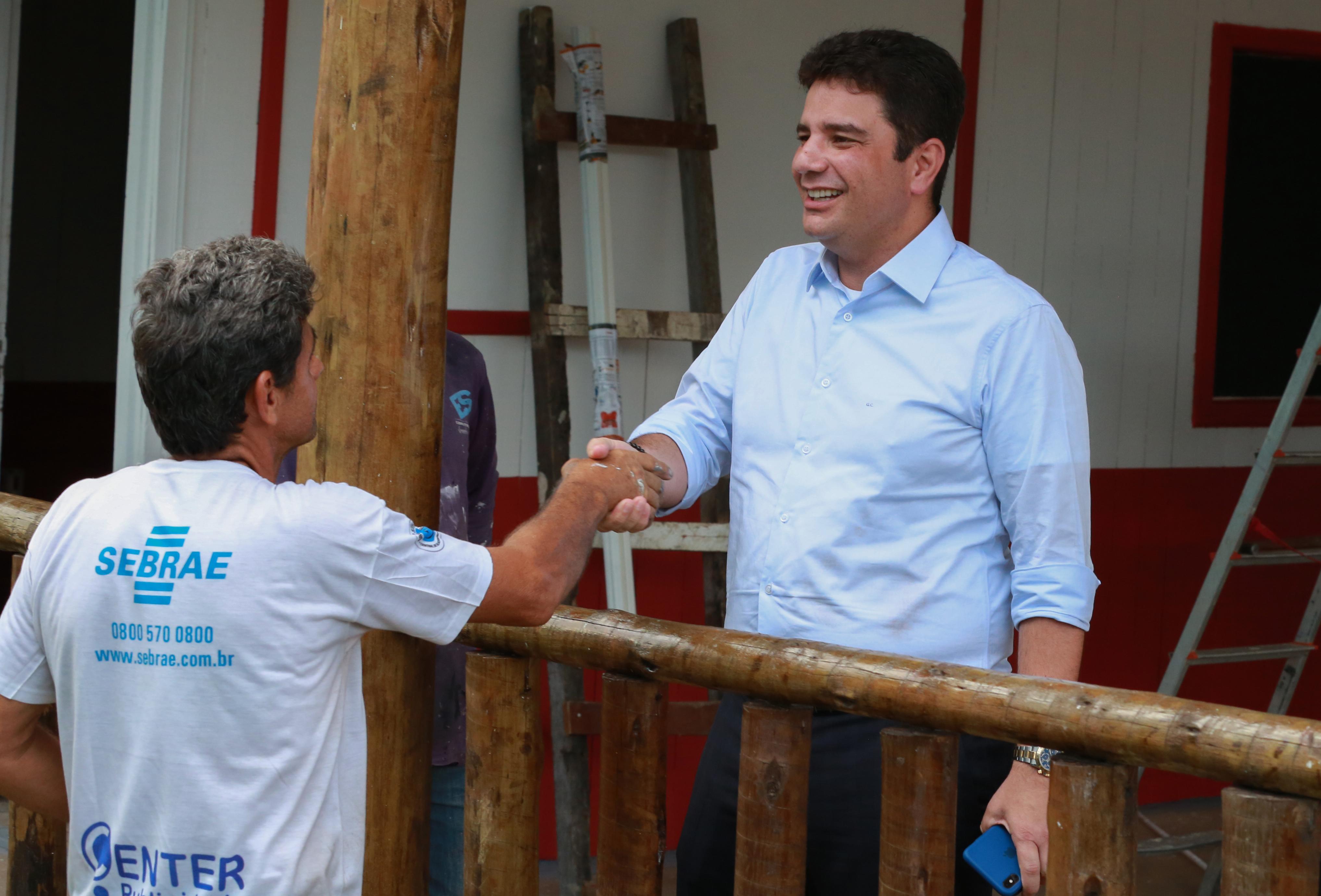 Gladson visita construções de estandes e agradece a trabalhadores da Expoacre