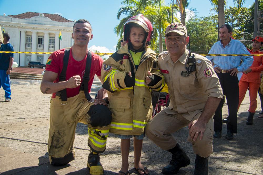 Corpo de Bombeiros simula resgate e salvamento de vítimas de incêndio