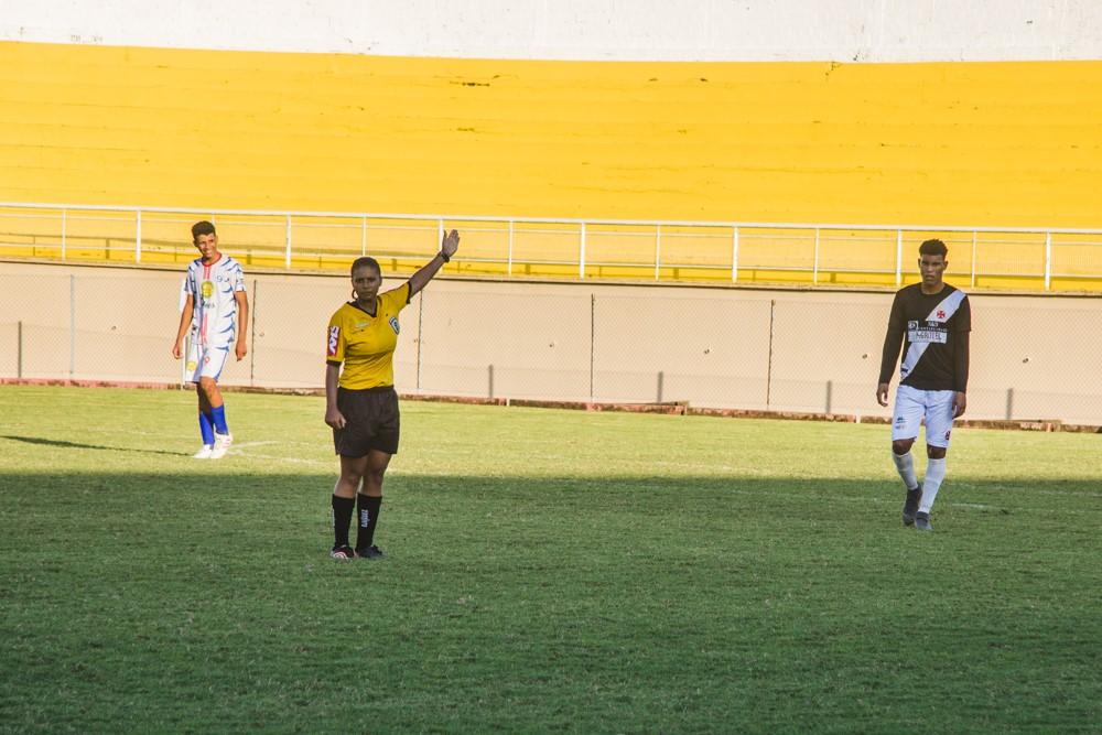 Jovem de 21 anos é a primeira mulher a arbitrar uma partida de futebol profissional no Acre