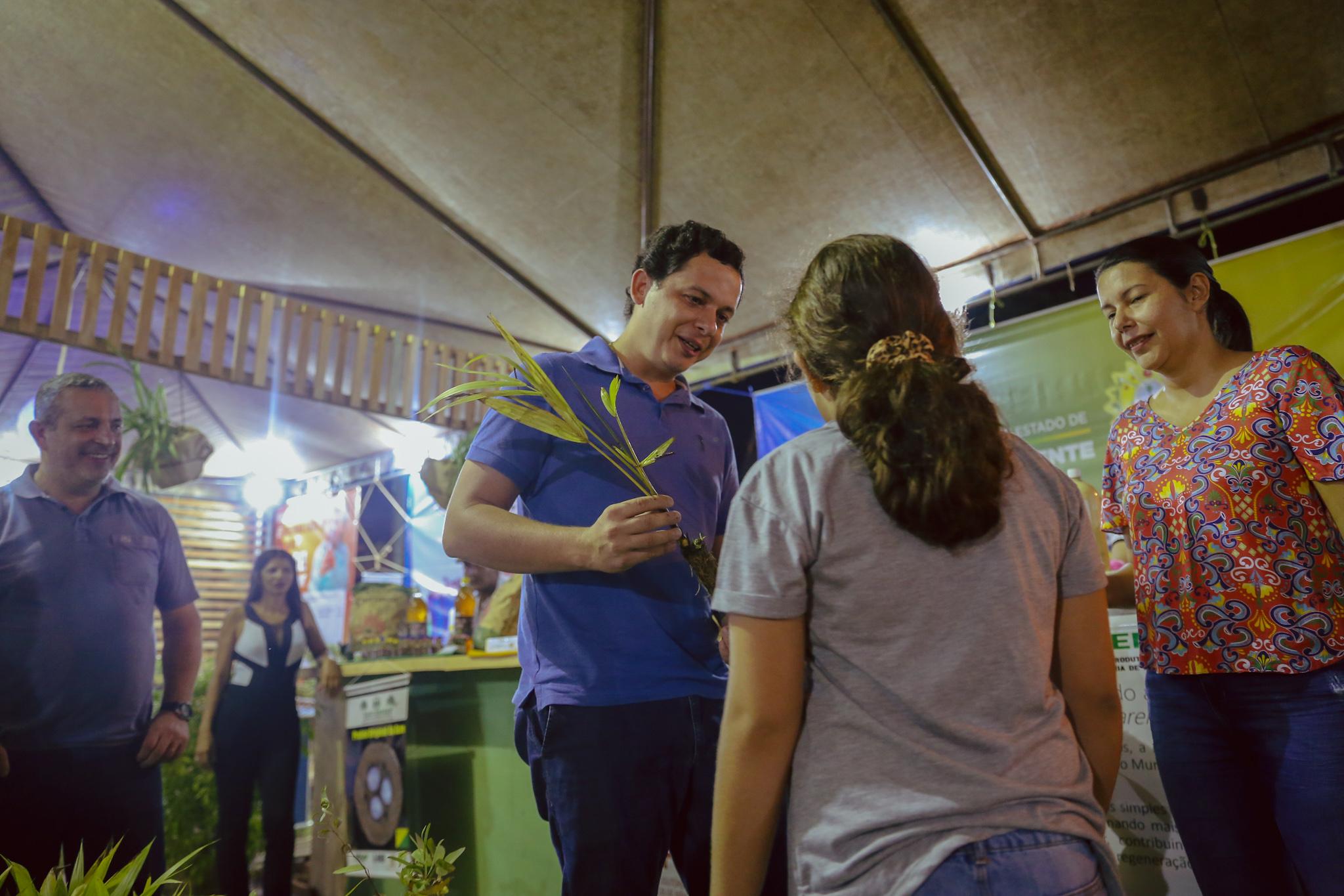 Sema promove palestra sobre monitoramento ambiental e distribui mudas em Cruzeiro do Sul