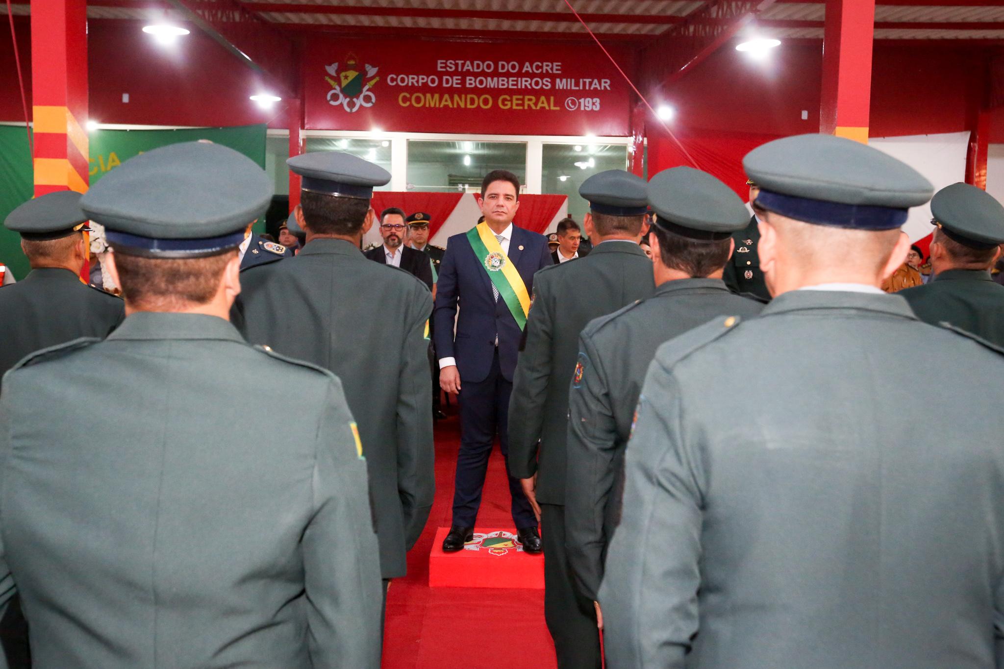 Gladson Cameli comemora promoções a militares com participação em banho tradicional