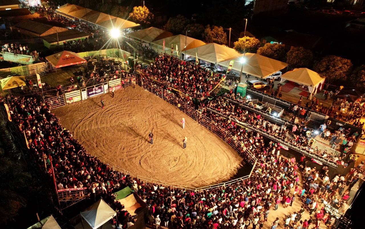Final do rodeio leva multidão à arena de shows da Expoacre Juruá