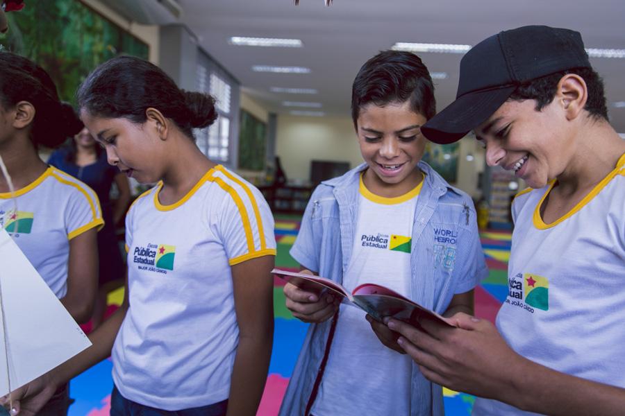 Alunos da zona rural visitam a Biblioteca Pública Adonay Barbosa dos Santos pela primeira vez