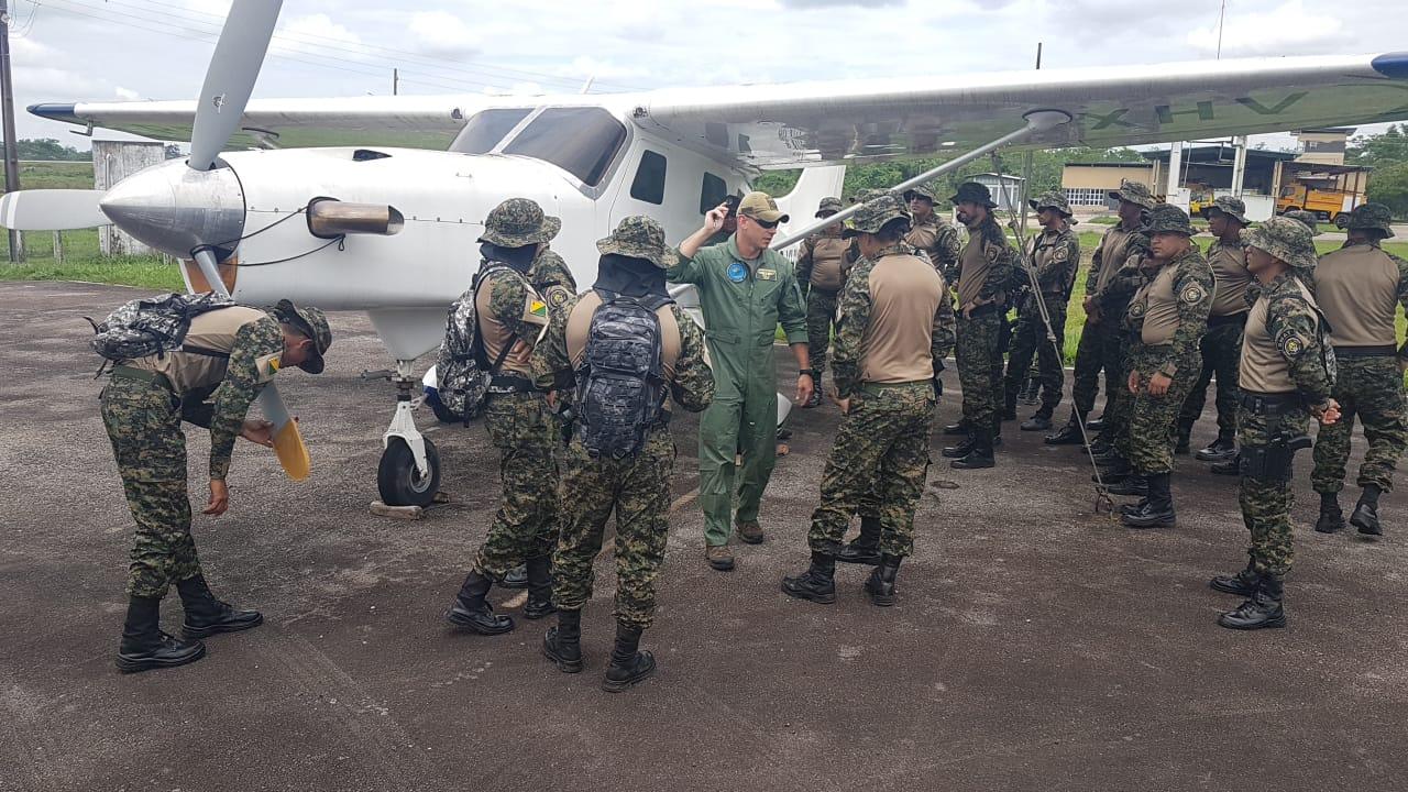 Grupamento Especializado em Fronteiras recebe instrução para abordagens em aeronaves