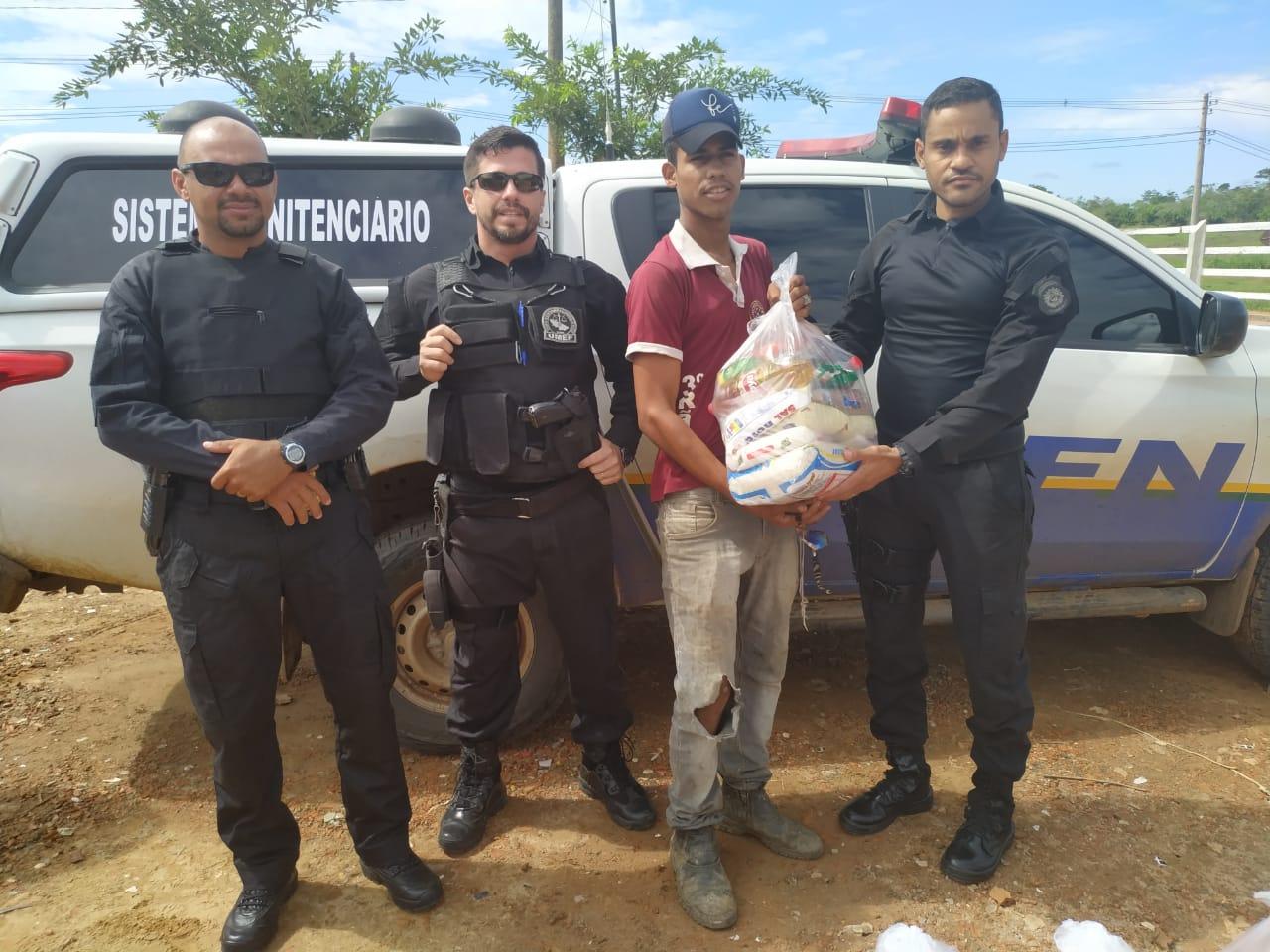 Unidade de Monitoramento Eletrônico do Iapen distribui cestas básicas a comunidades carentes