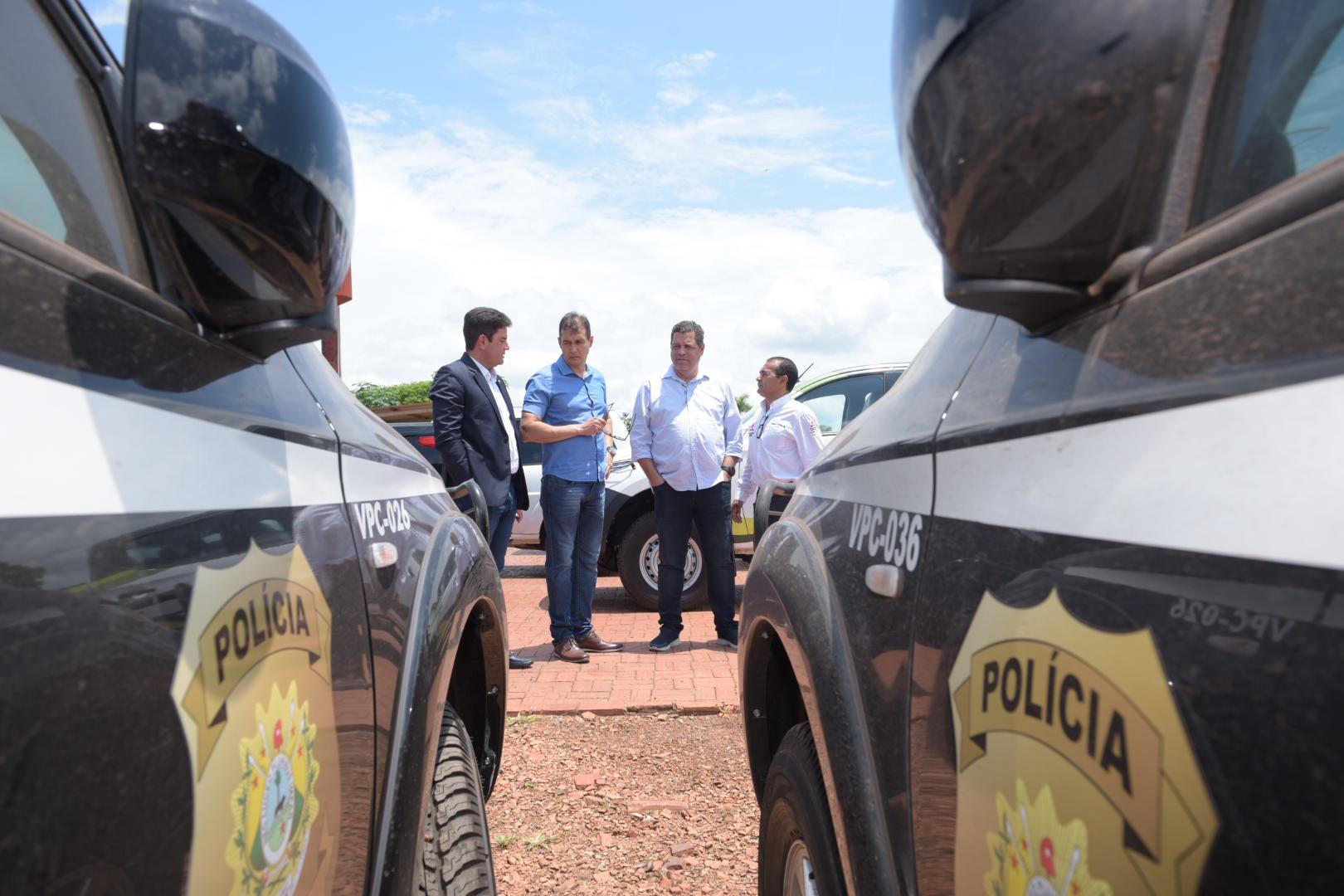 Gladson, Major Rocha e secretário de Segurança, Paulo Cézar, inspecionam novas viaturas policiais
