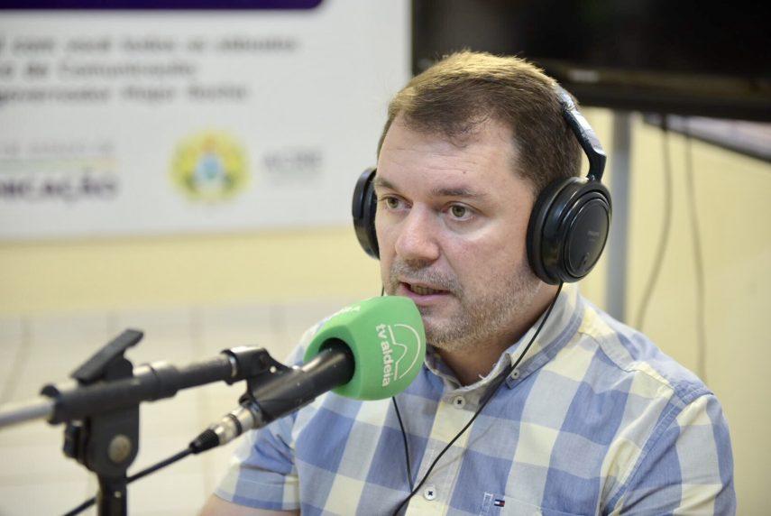 """Secretário de Estado de Saúde, Alysson Bestene, em participação recente em programa de rádio na Aldeia FM: """"Governo está aberto ao diálogo e espera avaliação de órgãos competentes"""" (Foto: Junior Aguiar/Secom)"""