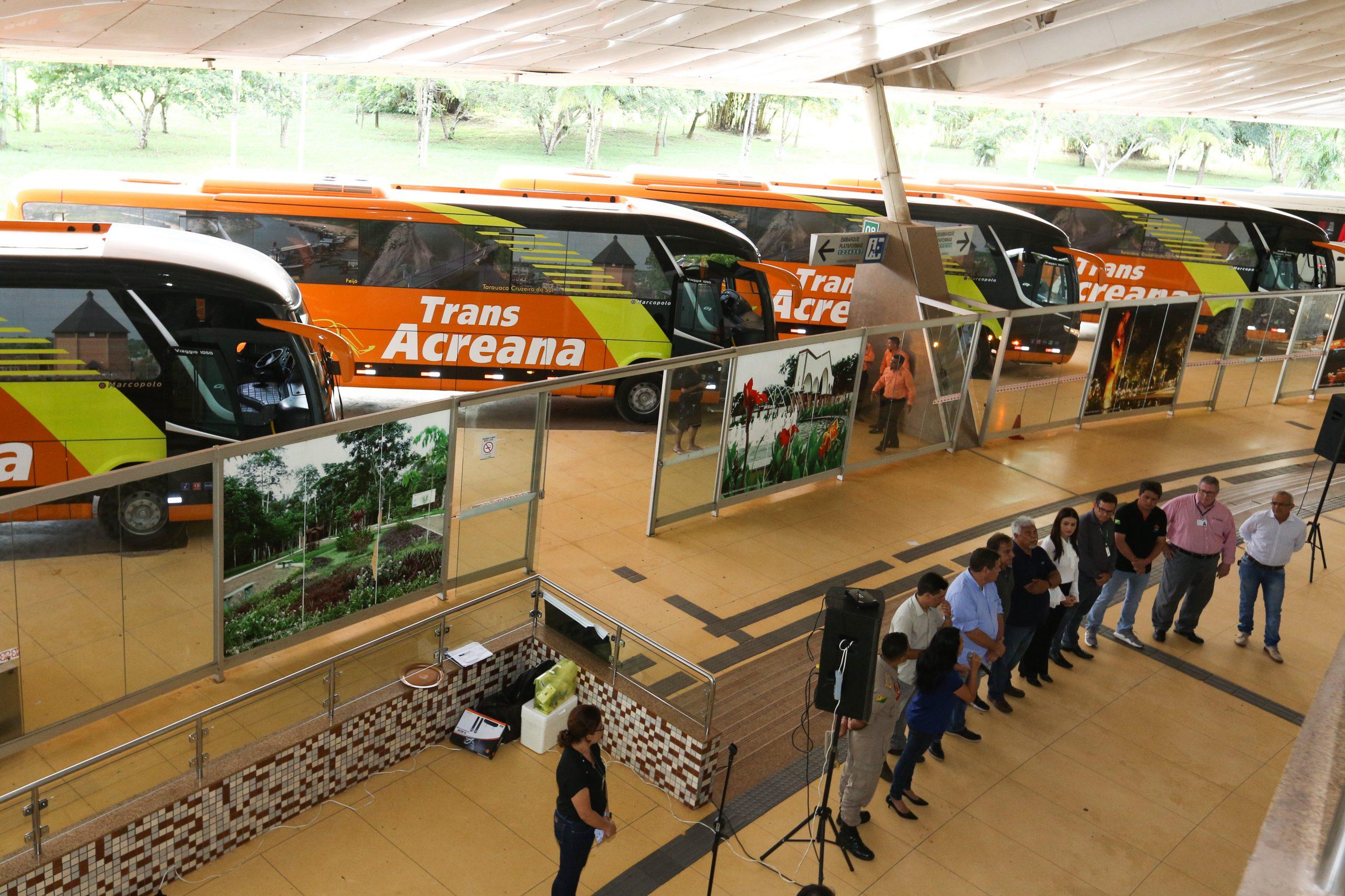Empresa acreana apresenta cinco novos ônibus e anuncia início de rotas internacionais