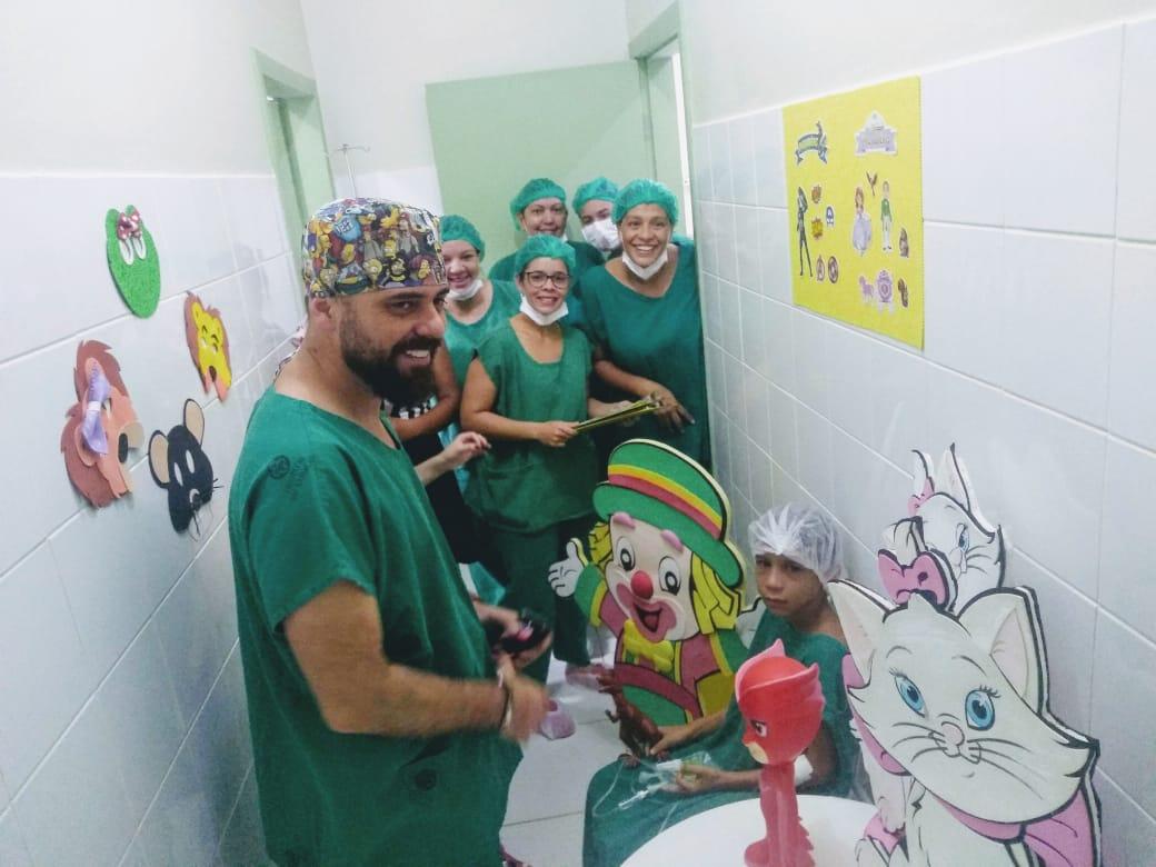 Equipe do centro cirúrgico brinca com crianças para acalmá-las antes de cirurgias
