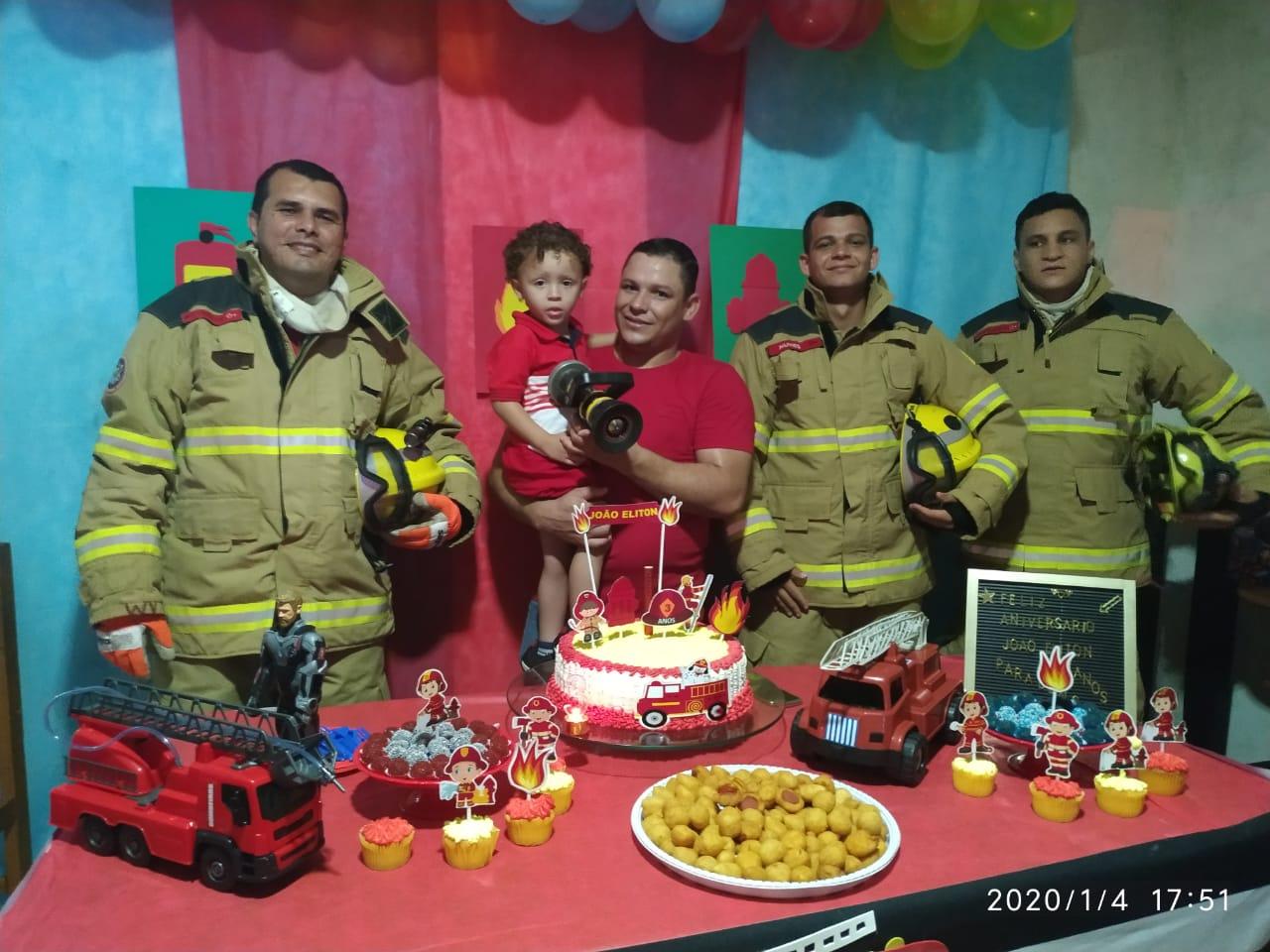 Bombeiros realizam sonho de criança de 3 anos no dia do aniversário