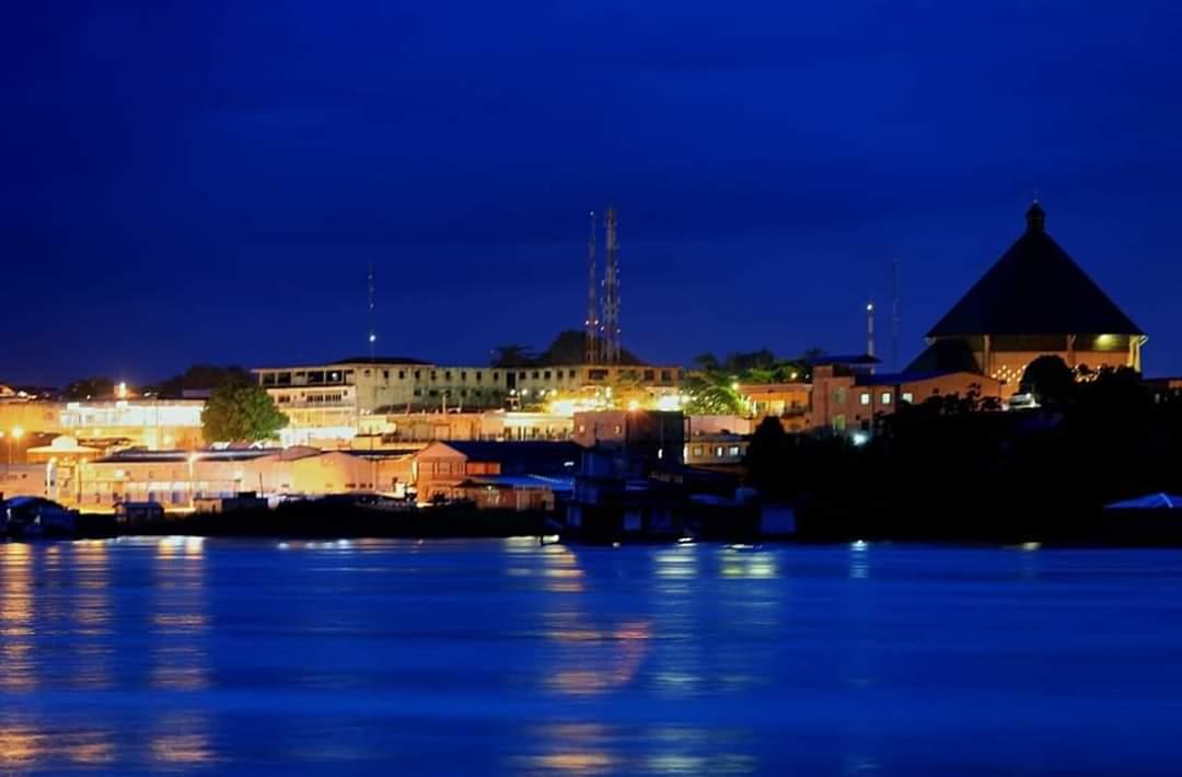 Vista noturna de Cruzeiro do Sul