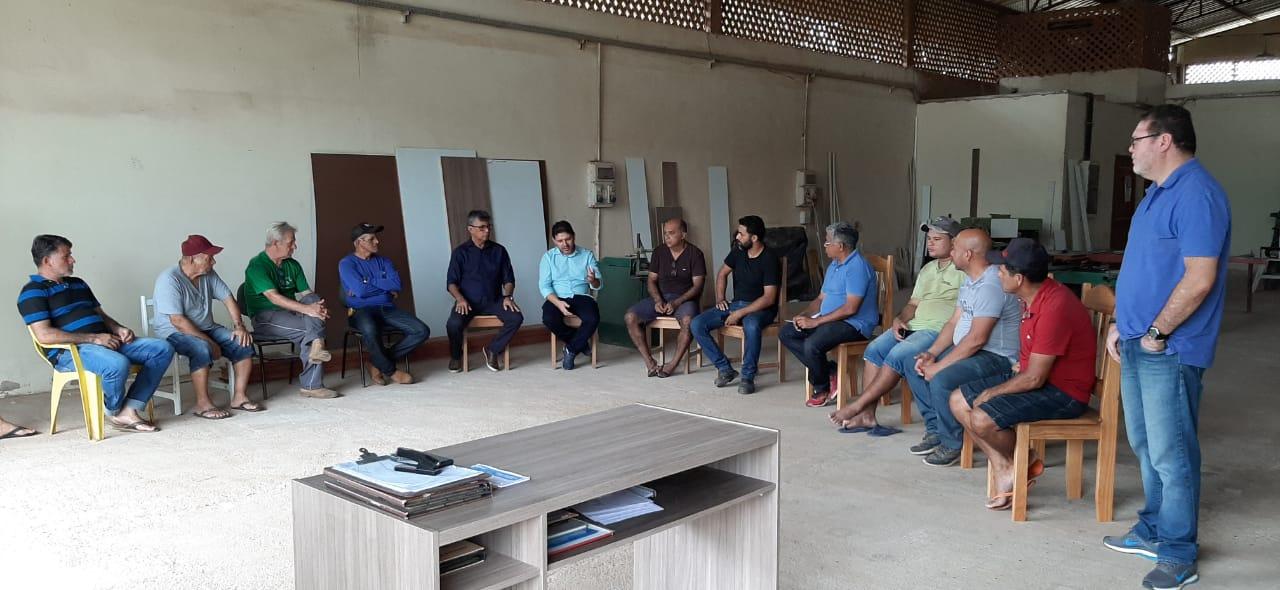 Governo discute licenciamento ambiental com moveleiros de Xapuri