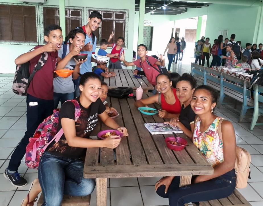 Almoço oferecido pelo Estado é sucesso em escolas de Cruzeiro do Sul