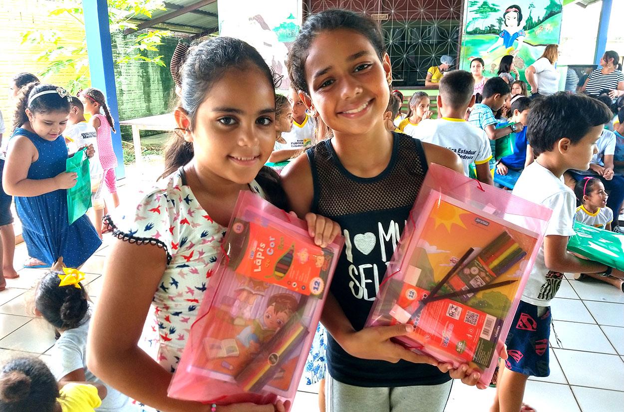 Educação entrega kit escolar para alunos da rede estadual de ensino em Cruzeiro do Sul