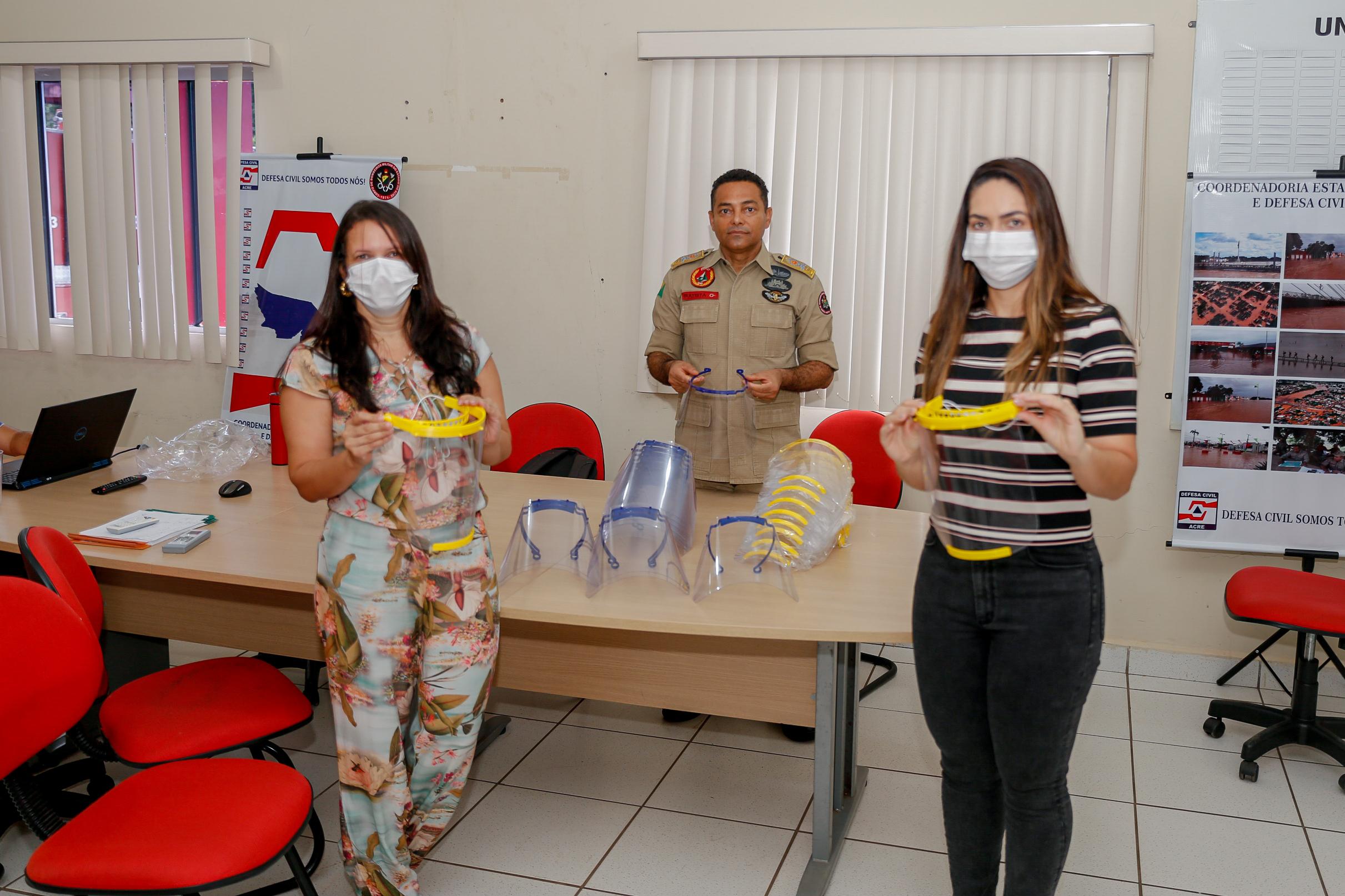 Máscaras-escudo são doadas aos profissionais que atuam contra o coronavírus
