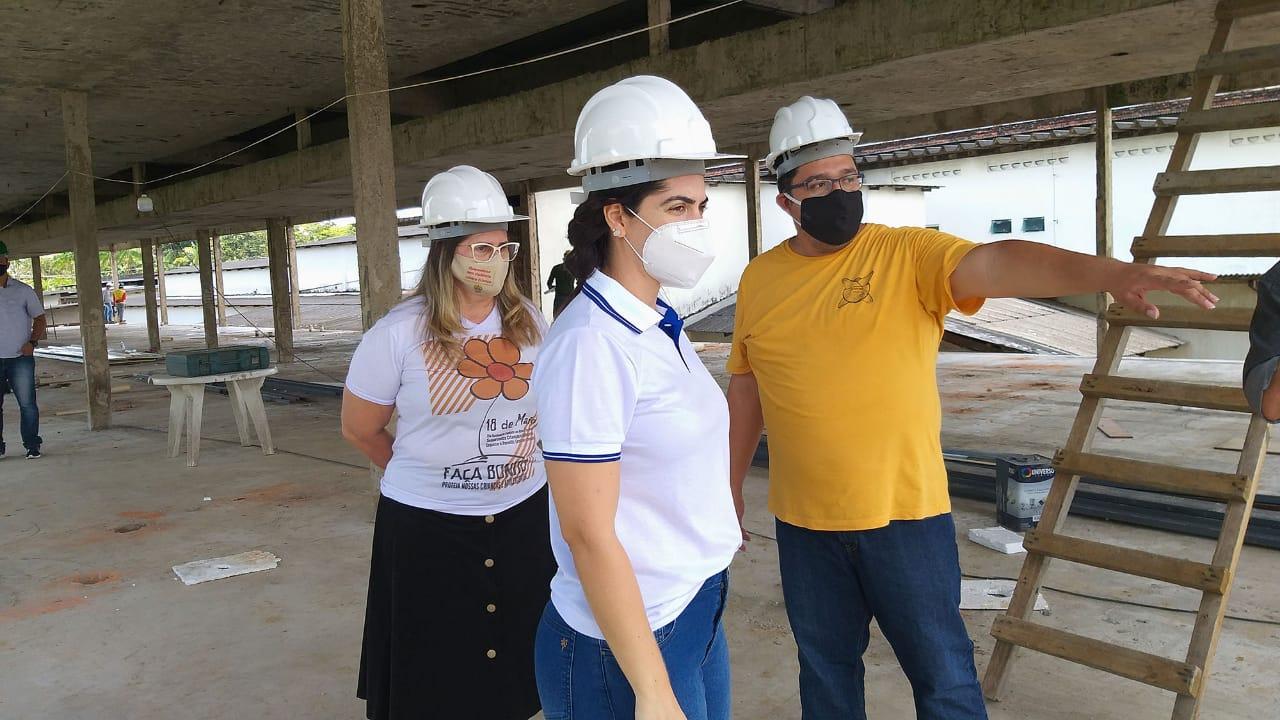 Primeira-dama visita obras do hospital de campanha em Cruzeiro do Sul