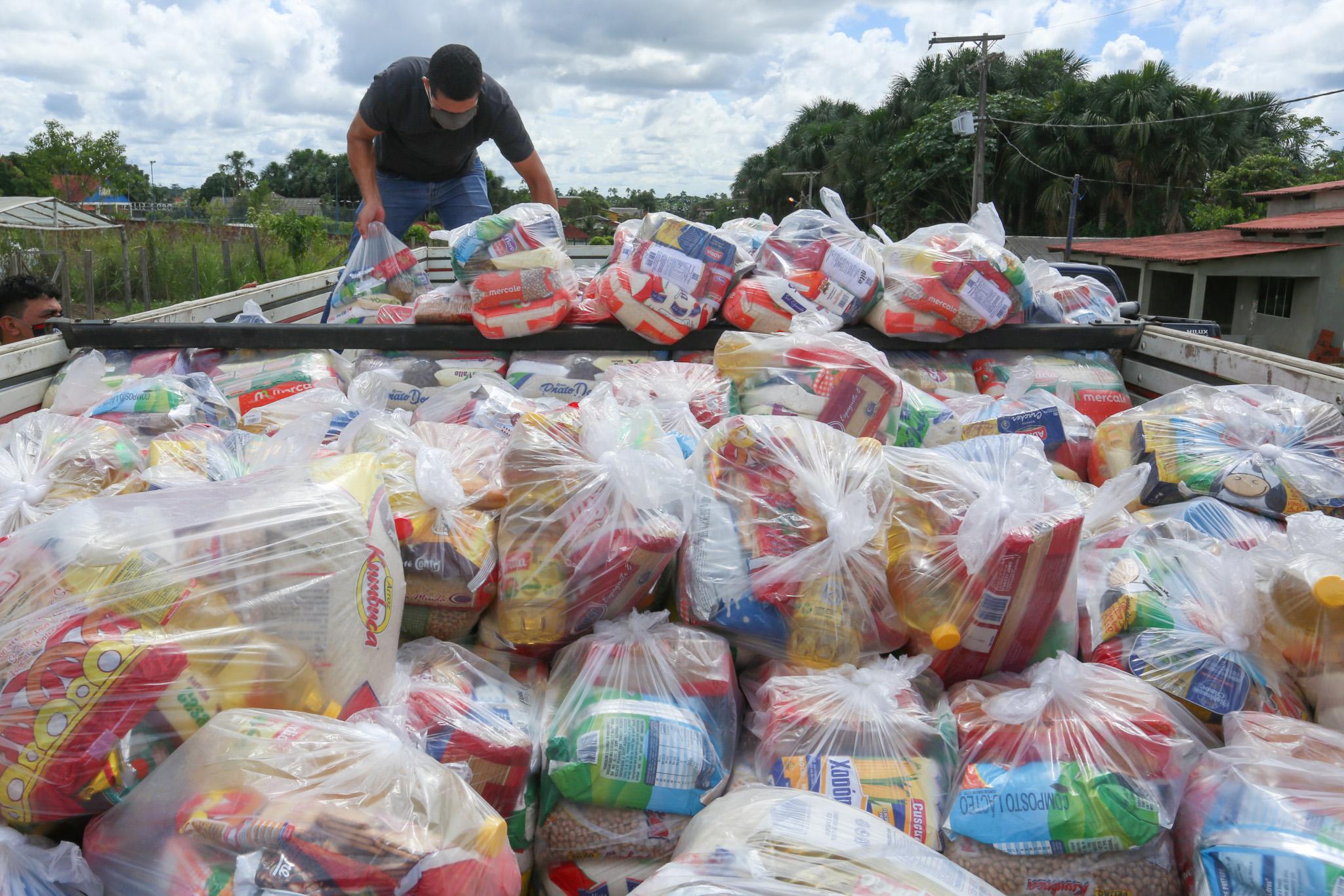 Governo entrega 600 cestas básicas arrecadadas durante Live Solidária para municípios do Vale do Juruá