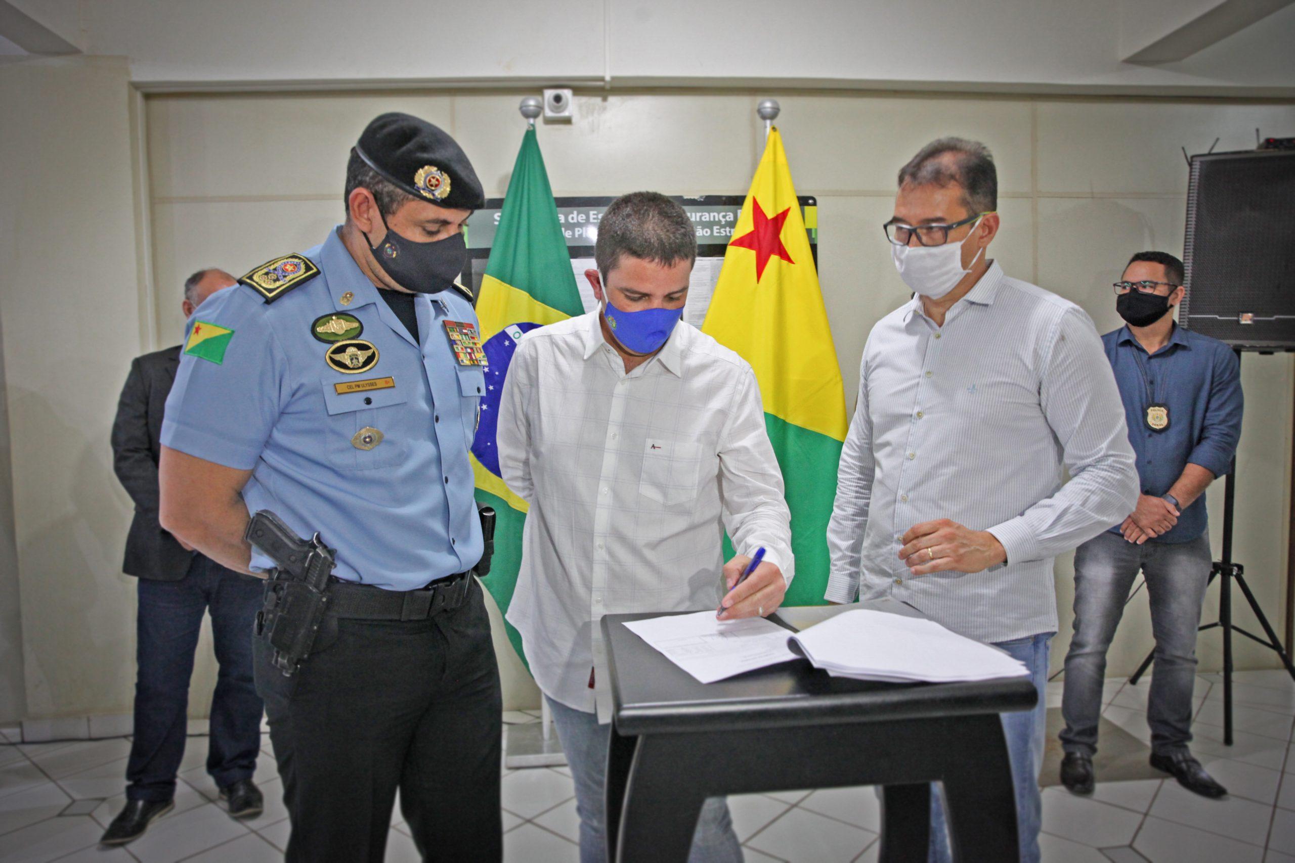 Governador entrega equipamentos de proteção individual e armamentos para Segurança Pública