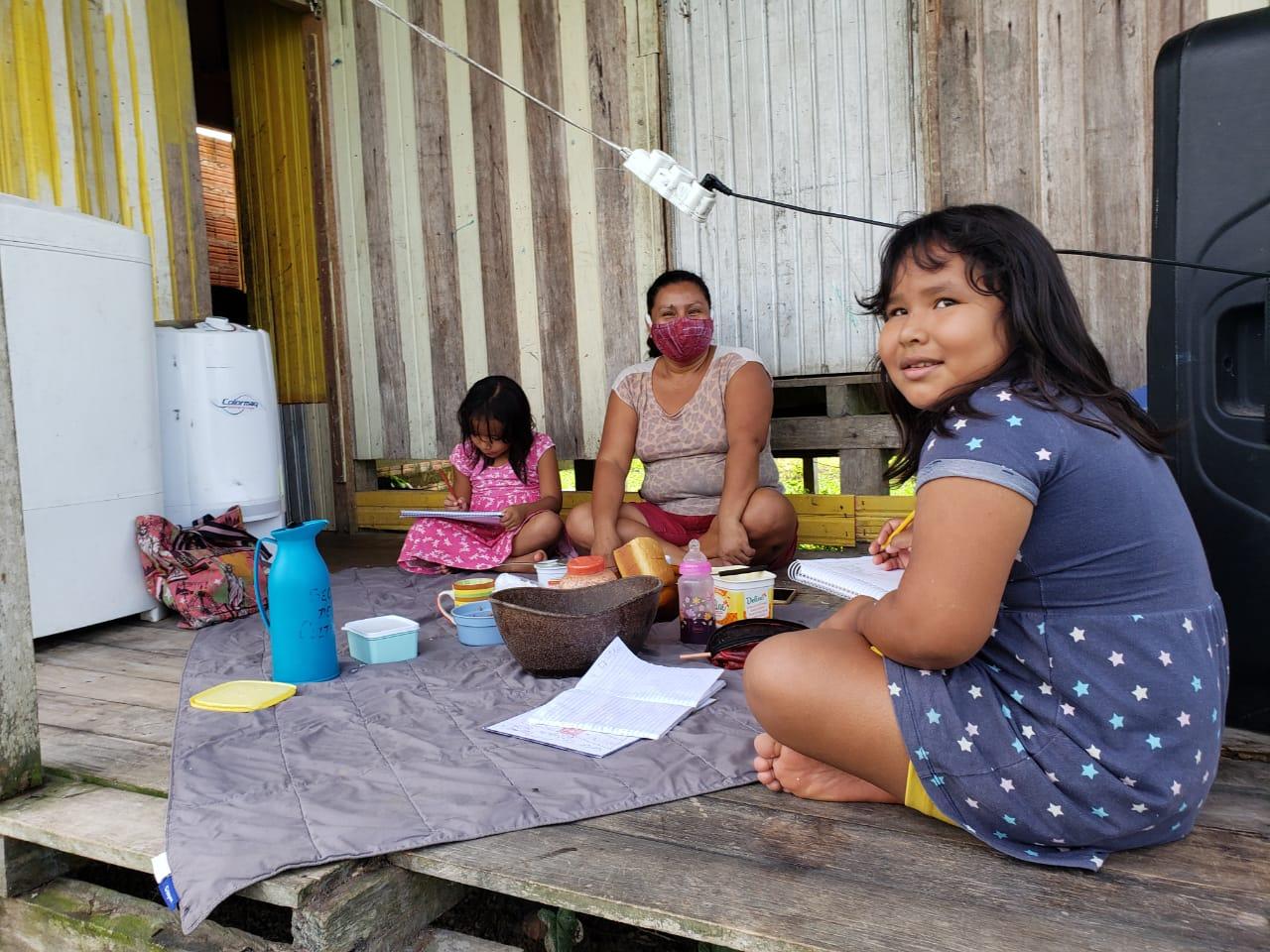 Mãe Yawanawá faz da varanda de casa uma sala de audioaula e acompanha atividades com os filhos