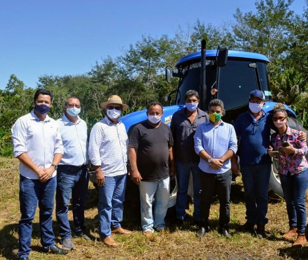 Em parceria, governo cede trator agrícola a produtores rurais de Acrelândia