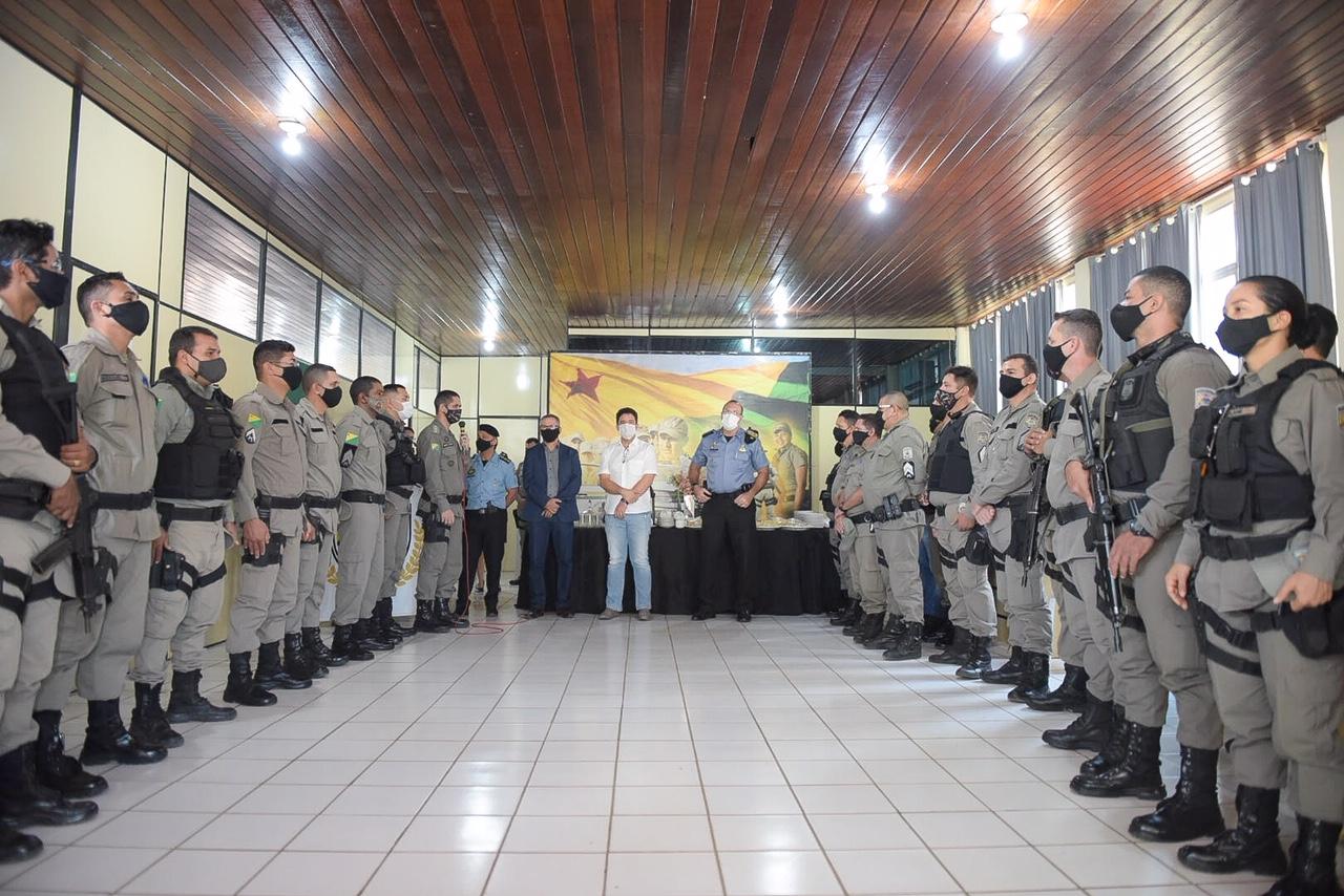 Gladson prestigia entrega de homenagens a policiais militares do 2º Batalhão da PMAC