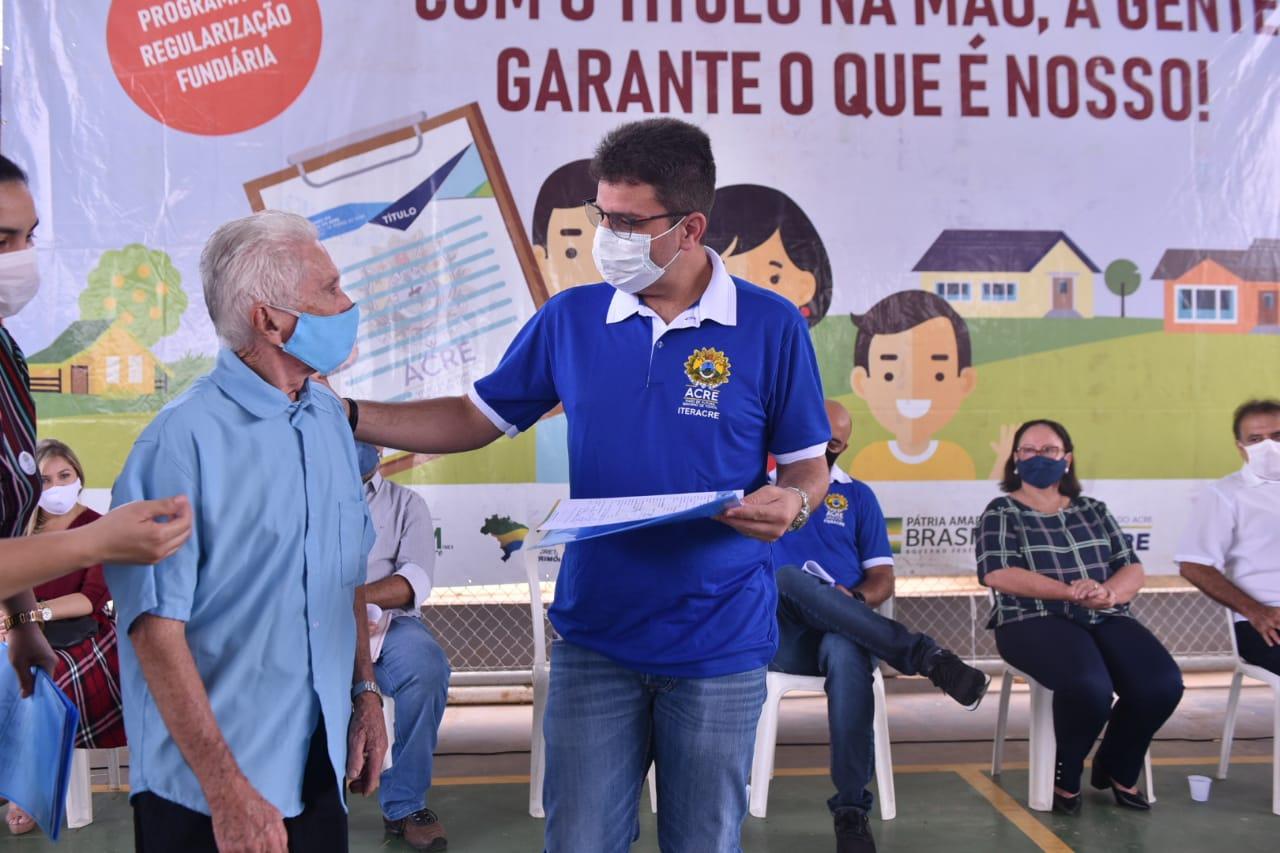 Gladson Cameli entrega títulos definitivos para moradores do bairro Santa Inês