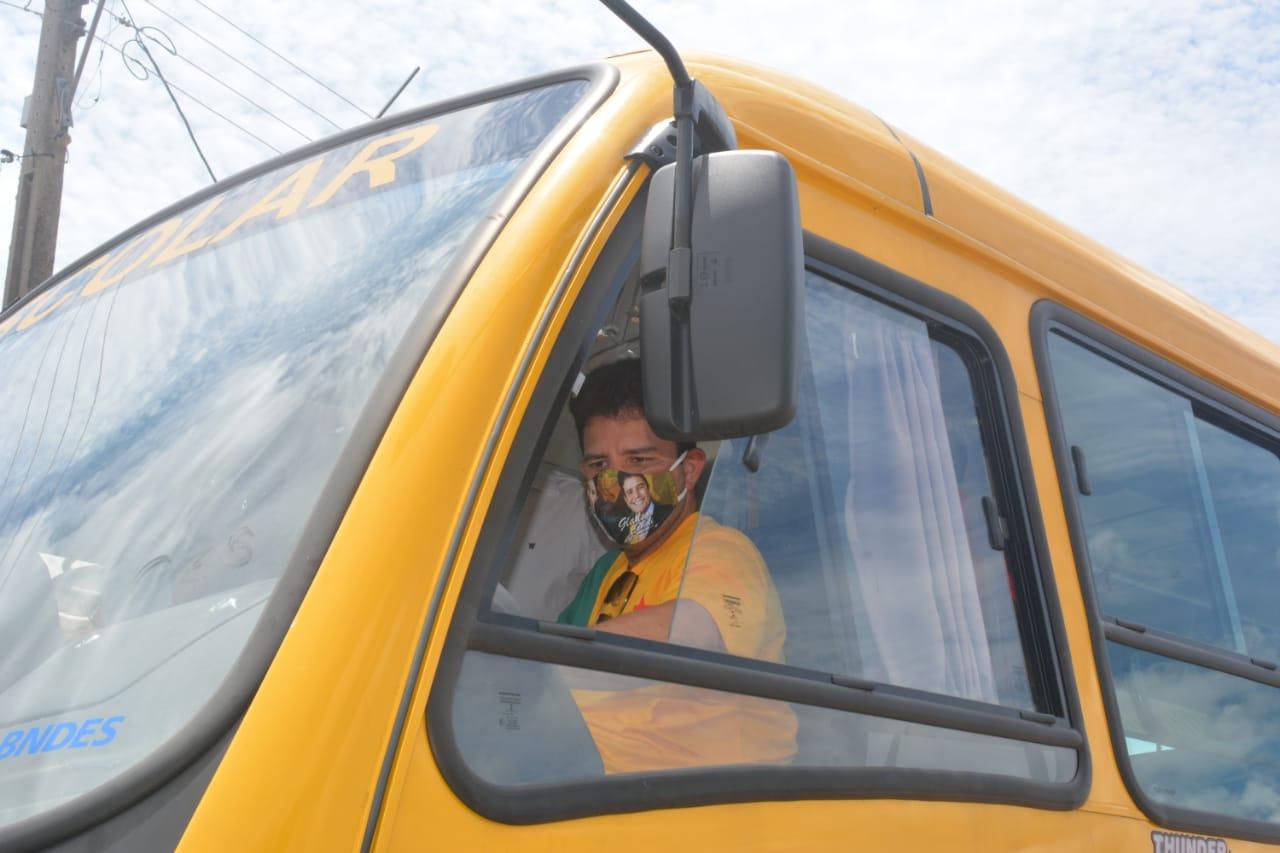 Gladson Cameli entrega ônibus escolares em Mâncio Lima e Rodrigues Alves