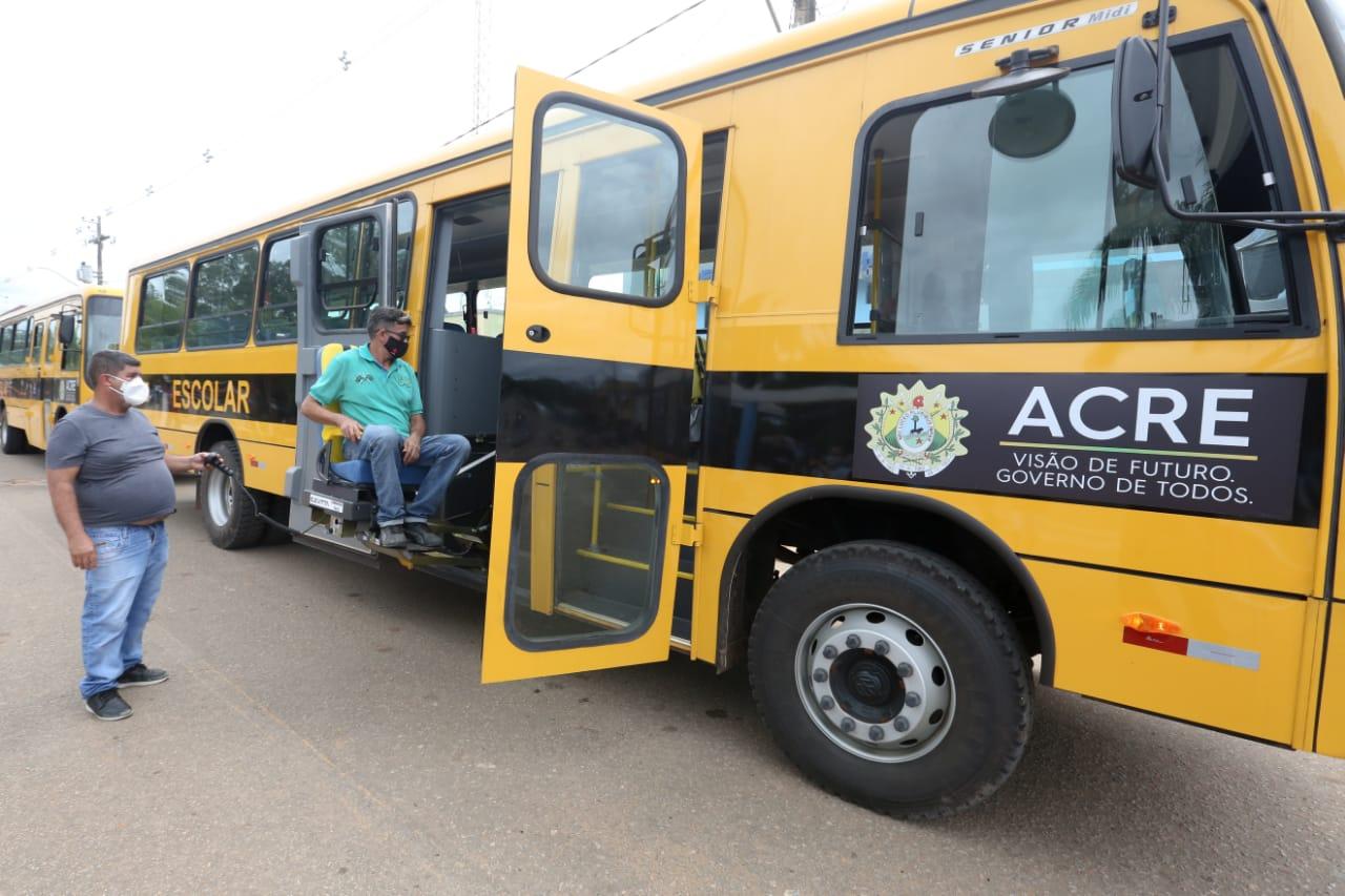 Governo entrega ônibus, mobiliário e kits pedagógicos para escolas de Assis Brasil