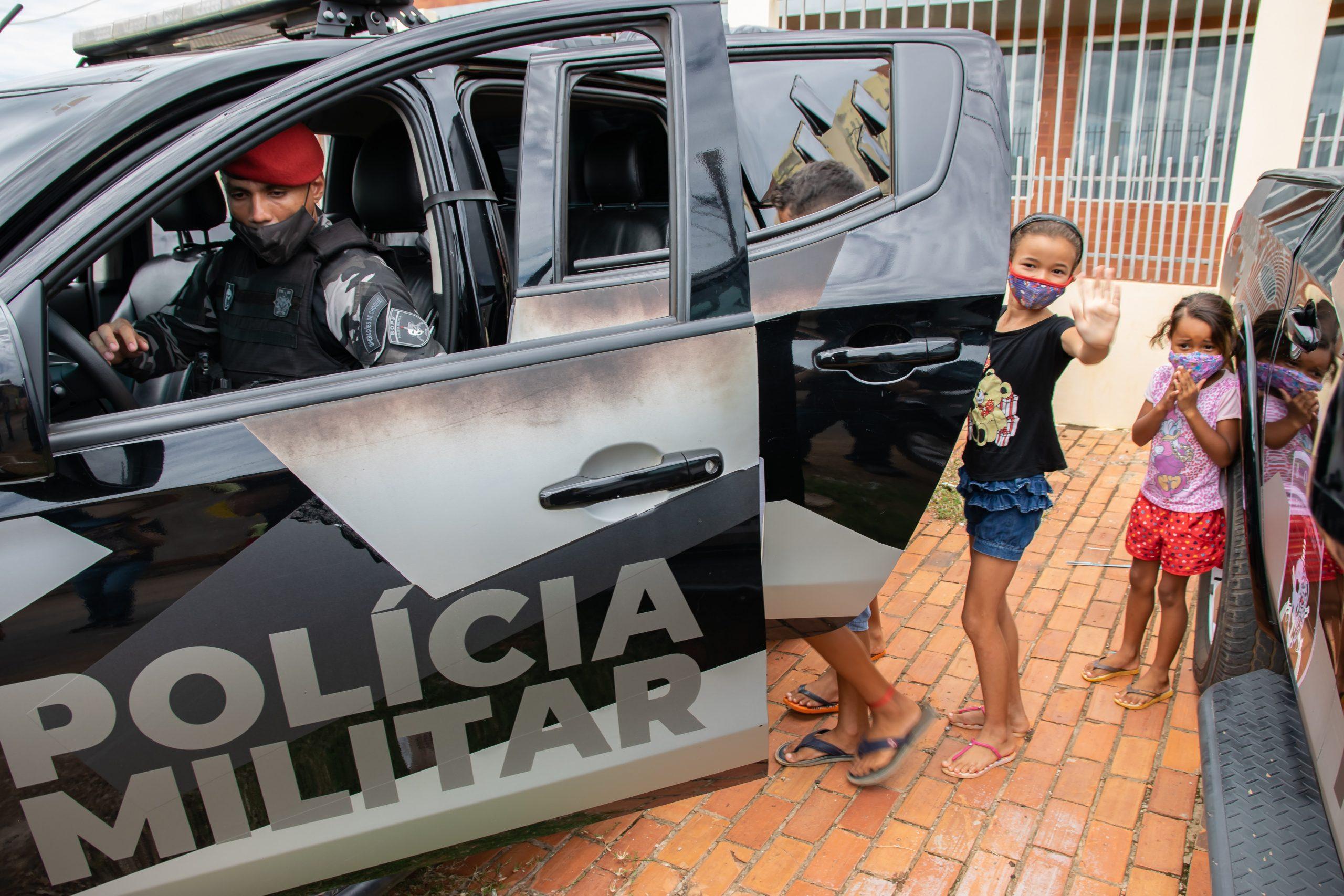 Batalhão de Operações Especiais entrega cestas básicas e brinquedos a famílias do bairro Jequitibá