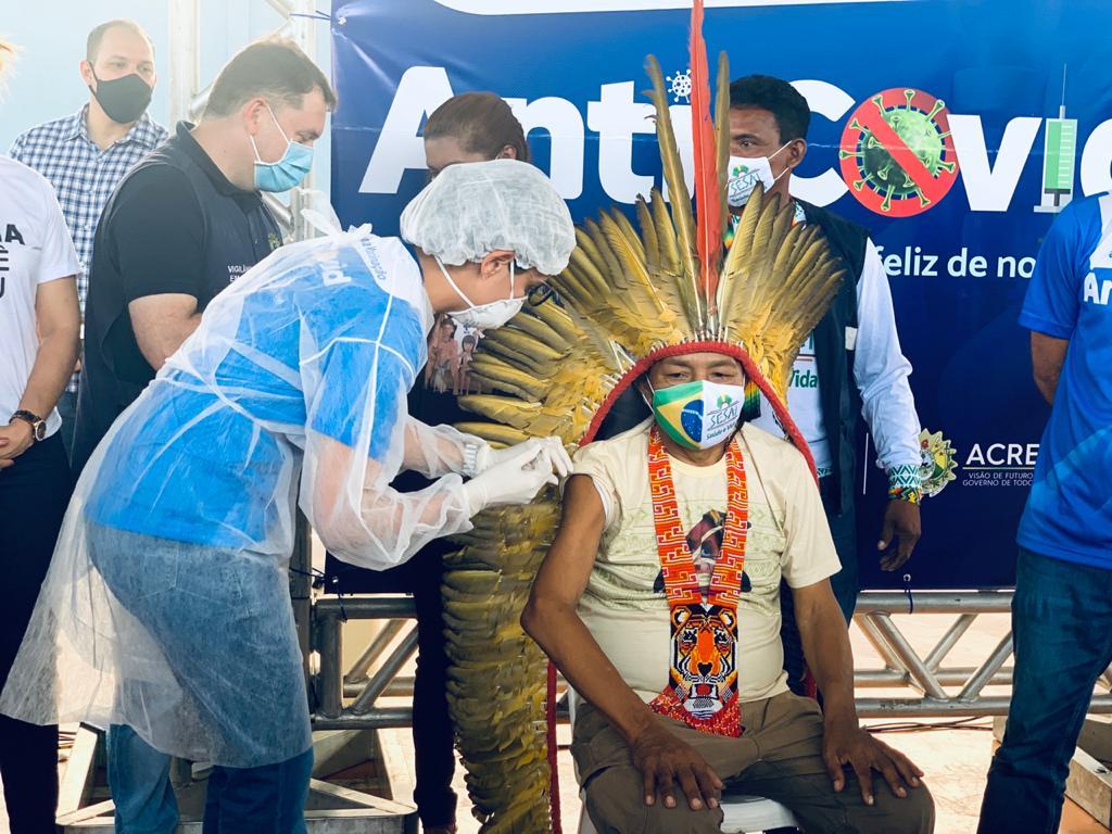 Indígena Fernando Katukina é o primeiro a ser vacinado em Cruzeiro do Sul