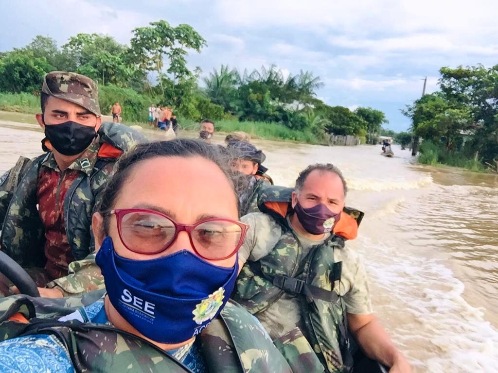 Servidores da Educação de Cruzeiro do Sul atuam junto aos desabrigados pela enchente do Rio Juruá e seus igarapés