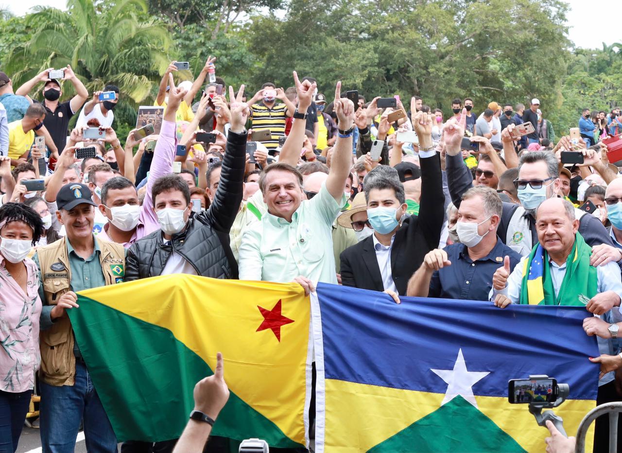 """Ao inaugurar a Ponte do Abunã ao lado de Gladson, Bolsonaro garante: """"Tudo que dependia de transporte no Acre vai diminuir no mínimo 5%"""""""