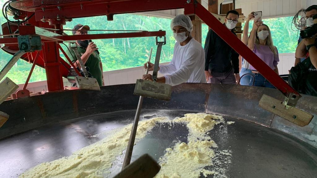 Inauguração de casa de farinha automatizada incentiva cadeia produtiva da mandioca em Mâncio Lima