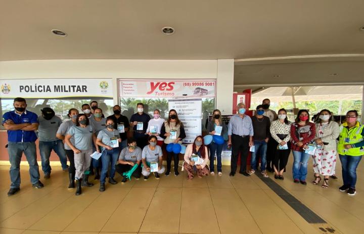 Governo realiza ações educativas da campanha Coração Azul no aeroporto e rodoviária da capital