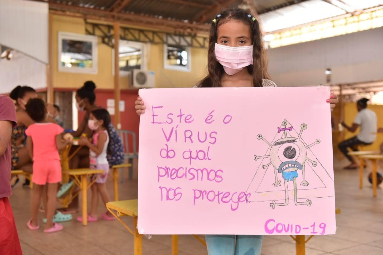 Imigrantes em abrigo do governo são vacinados contra a Covid-19