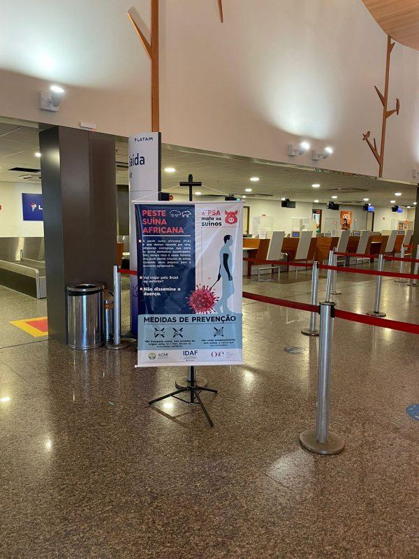Banner de divulgação das medidas de prevenção da Peste Suína Africana disposto no saguão do Aeroporto Internacional de Rio Branco