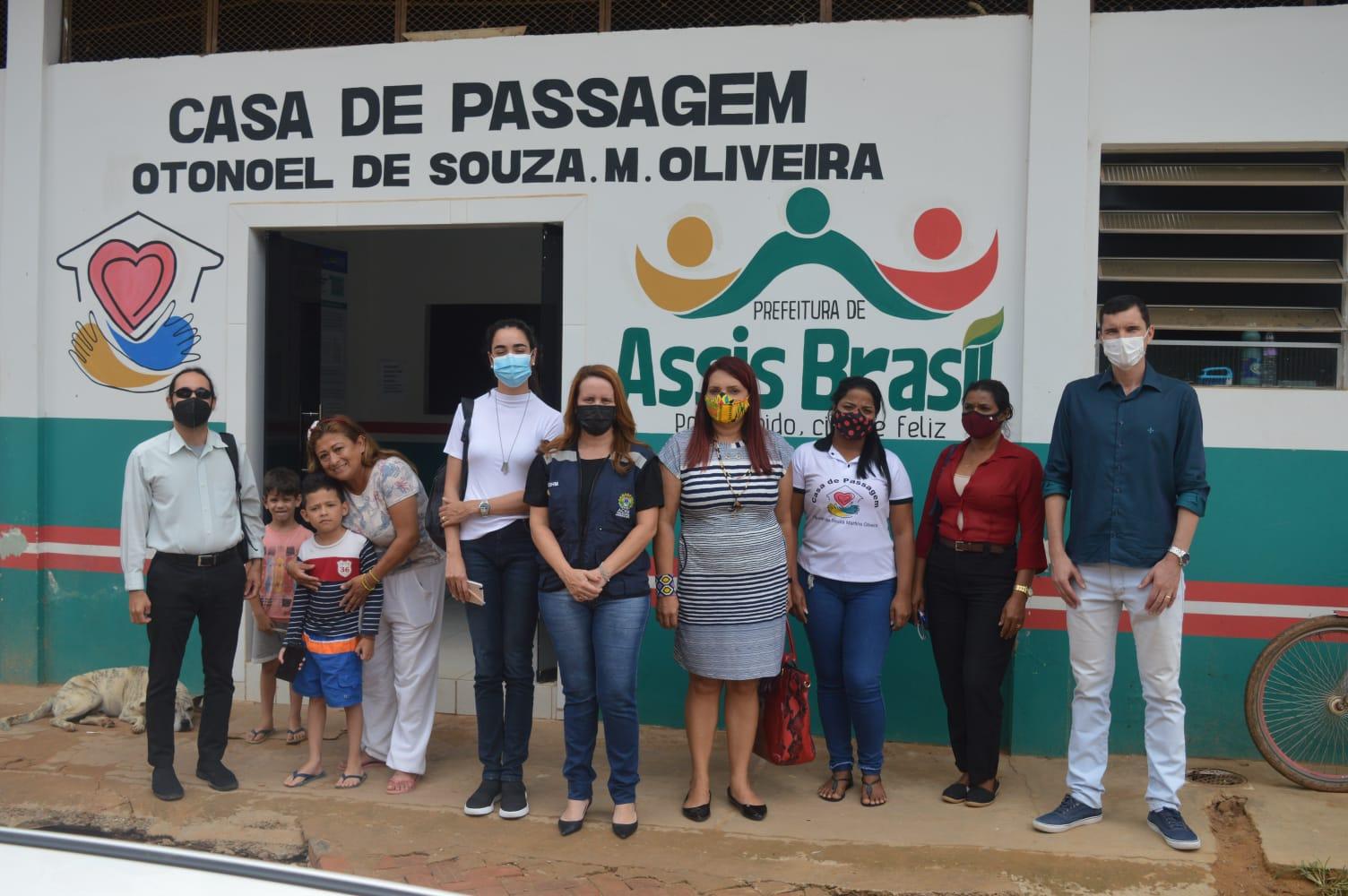 Governo presta visita a casa de passagem em Assis Brasil